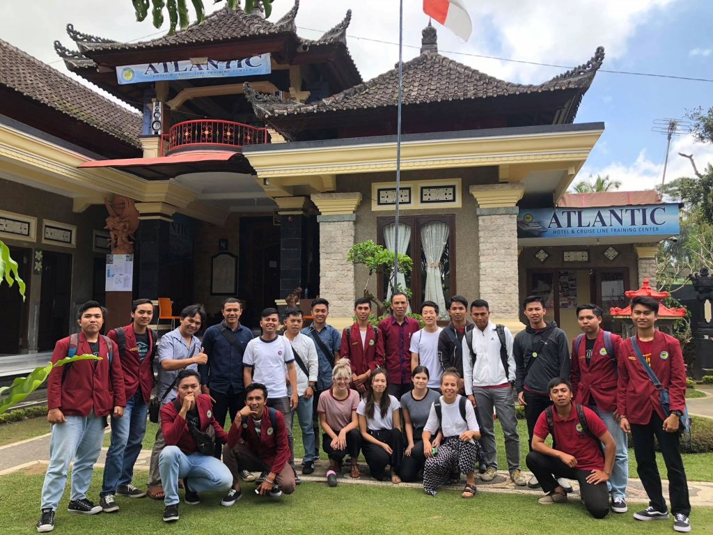 volunteers in bali with IVI group of students