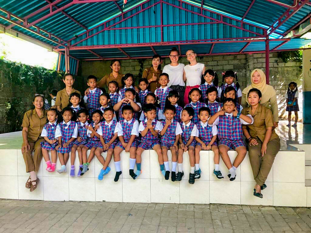 young school children sit down for group pic