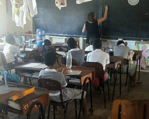Jules Galloway teaching grade 5 students in fiji