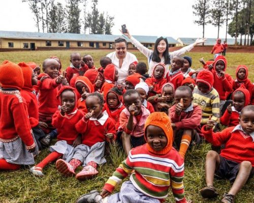 Group photo of kenya volunteer with students in maasai mara