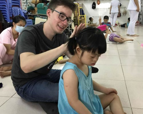 Participant tie the kid hair