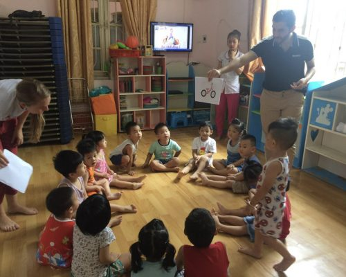Participants teaching vocabulary to kids (3)-Ho Chi Minh