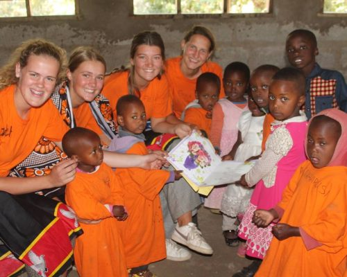 volunteers with Tanzanian kids