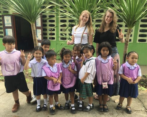 vollies with group of Thai kids