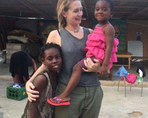 volunteer with 2 Ghanaian children