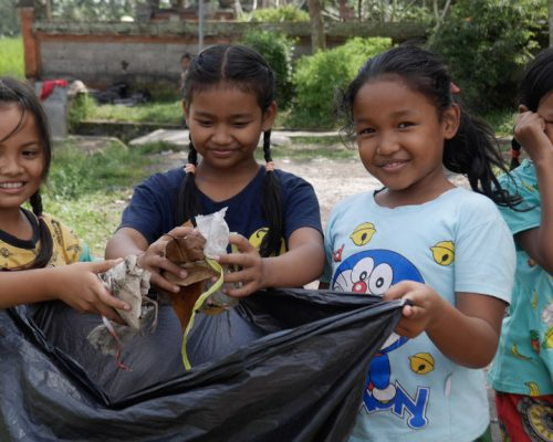 Ubud kids Garbage collection