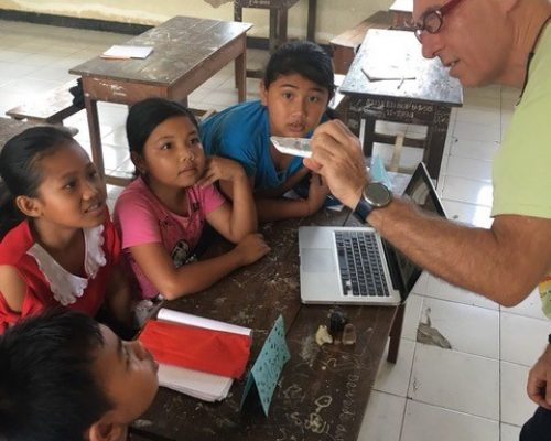 henk with the balinese school children showing them sandstone